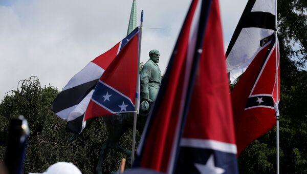 Konfederasyon Generali  Robert E. Lee'nin heykeli- Charlottesville - Sputnik Türkiye