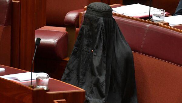 Avustralya'da aşırı sağcı, göçmen ve Müslüman karşıtı 'Tek Ulus' partisi lideri Senatör Pauline Hanson, Senato'da yapılan oturuma burkayla geldi. 10 dakika boyunca yerinde burkayla oturan Hanson, bu eylemle partisinin ülke genelinde 'ulusal güvenlik gerekçesiyle' burkanın yasaklanması için verdiği öneriye dikkat çekmek istedi. - Sputnik Türkiye