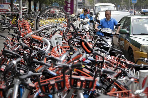 Bisiklet paylaşımı sistemleri Çin'in büyük şehirlerindeki ulaşımı kolaylaştırırken, aynı zamanda kaldırımları bloke ediyor. - Sputnik Türkiye