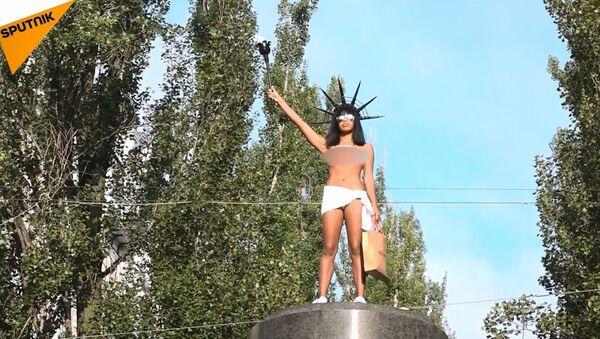 FEMEN aktivistinden Kiev'de şekerlemeli eylem - Sputnik Türkiye