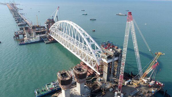 Kerç Köprüsü'nün 6 bin tonluk demiryolu arkı kurulumu kamerada - Sputnik Türkiye