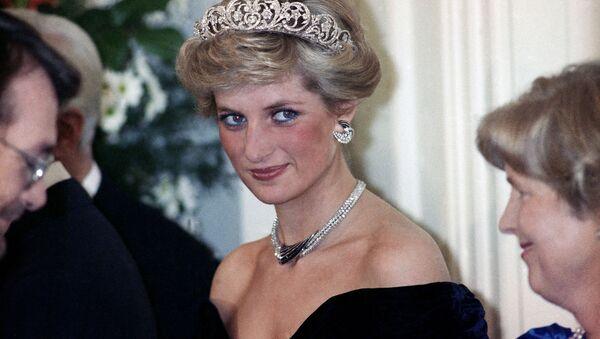 Prenses Diana, Bonn'da Batı Almanya Cumhurbaşkanı Richard von Weizsacker tarafından Britanya kraliyet ailesinin şerefine verilen akşam şöleninde. 1987. - Sputnik Türkiye