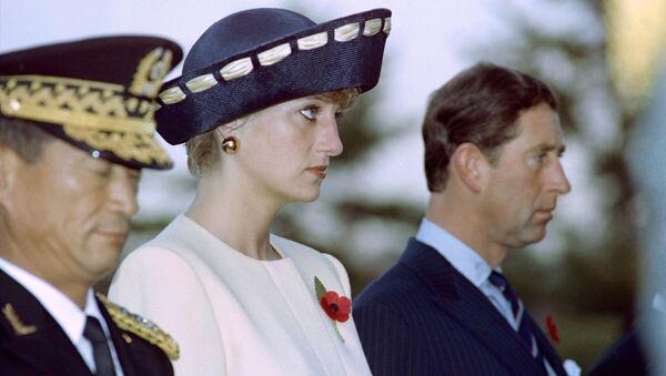 Prenses Diana, eşi Galler Prensi Charles ile birlikte Güney Kore başkenti Seul'deki Ulusal Mezarlığı Meçhul Askerler Anıtı'nı ziyaret ederken. 1992. - Sputnik Türkiye