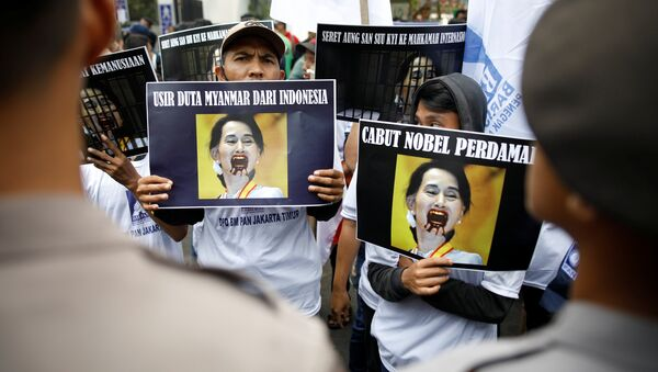 Birleşmiş Milletler (BM) Myanmar'ın Arakan bölgesinde yaşanan şiddet olayları nedeniyle 25 Ağustos'tan beri Bangladeş'e kaçan Arakanlı Müslüman sayısının 123 bin olduğunu açıklarken, Arakanlı Müslümanlar'a yönelik muameleye sessiz kalmakla eleştirilen Myanmar Dışişleri Bakanı ve Devlet Başkanlığı'ndan Sorumlu Devlet Bakanı Suu Kyi'ye yönelik tepkiler artıyor. Bu tepkilere Nobel Barış Ödüllü Pakistanlı eğitim aktivisti Malala Yusufzay da katıldı. - Sputnik Türkiye