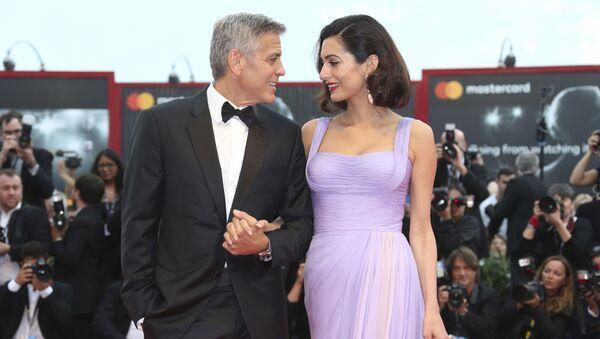 Oyuncu ve yönetmen George Clooney eşi Amal Clooney ile birlikte 74. Venedik Film Festivali'nde. - Sputnik Türkiye
