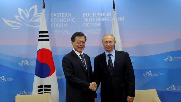 Güney Kore lideri Moon Jae-in, Rusya Devlet Başkanı Vladimir Putin - Sputnik Türkiye