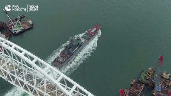Rus Deniz Kuvvetleri'nin indirme gemisi Kırım Köprüsü'nün altından böyle geçti - Sputnik Türkiye