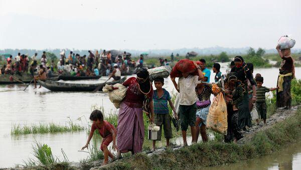 Myanmar-Bangladeş sınırını geçmeye çalışan Arakanlı Müslümanlar - Sputnik Türkiye