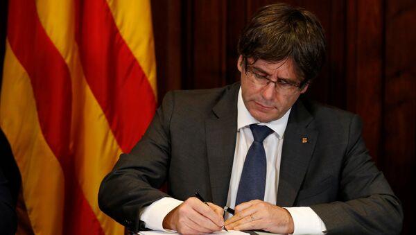 Katalonya özerk yönetimi Başkanı Carles Puigdemont bağımsızlık referandumu yapılması kararını imzaladı - Sputnik Türkiye