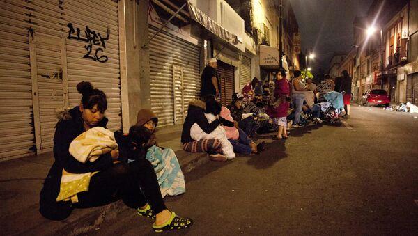 Meksika'daki depremin ardından başkent Mexico City'de insanlar sokaklara döküldü - Sputnik Türkiye