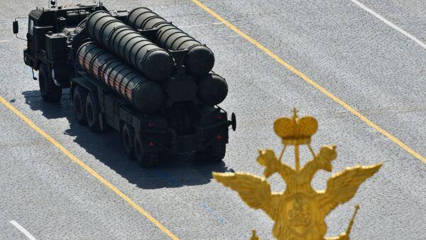 An S-400 Triumph / SA-21 Growler medium-range and long-range surface-to-air missile system - Sputnik Türkiye