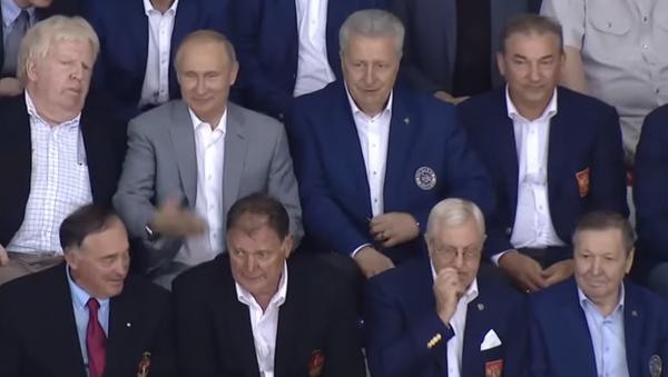 Rusya Devlet Başkanı Vladimir Putin, Moskova Bölgesi'ndeki açık şampiyonada, 1972 SSCB-Kanada efsanevi seri maçlarında oynayan oyuncularla bir hokey maçı izledi. - Sputnik Türkiye