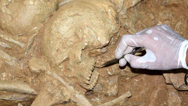 Yan yana 6 oda mezarın bulunmasının bu bölgede özel statüde insanların gömülü olduğunu gösterdiğini söyleyen Keleş Mezarda 1 sikke, 1'i cam olmak üzere 3 gözyaşı şişesi, 1 tabak, 1 amfora, 1 de testi gibi antik eserler bulduk. Ayrıca bir de antik dönemde gençlerin vücutlarındaki yağları temizleme aracı olan strigilis bulduk. Bunlar kazı evinde gelecek sezon detaylı şekilde incelenecek dedi. - Sputnik Türkiye