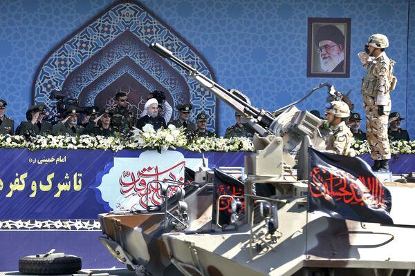 İran Cumhurbaşkanı Hasan Ruhani askeri töreni gözlemliyor - Sputnik Türkiye