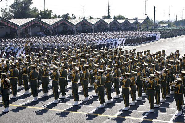 37. yıl dönümü münasebetiyle düzenlenen askeri törene katılan İran askerleri - Sputnik Türkiye