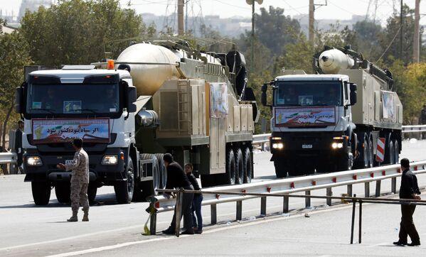 İran'ın yeni uzun menzilli balistik füze Khoramshahr Tehran'da düzenlenen askeri törende - Sputnik Türkiye