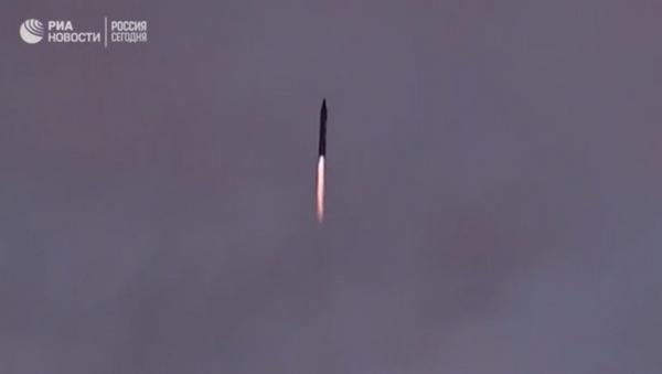 İran yeni balistik füzesini test etti - Sputnik Türkiye