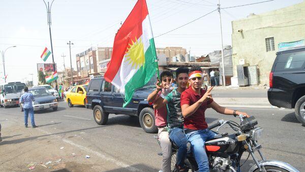 Bağımsızlık referandumunda oyunu kullanan insanlar kutlamalara başladı. Erbil ve Kerkük'te ellerine IKBY bayrağını alan Kürtler, araçlarla şehir turu yapıyorlar. - Sputnik Türkiye