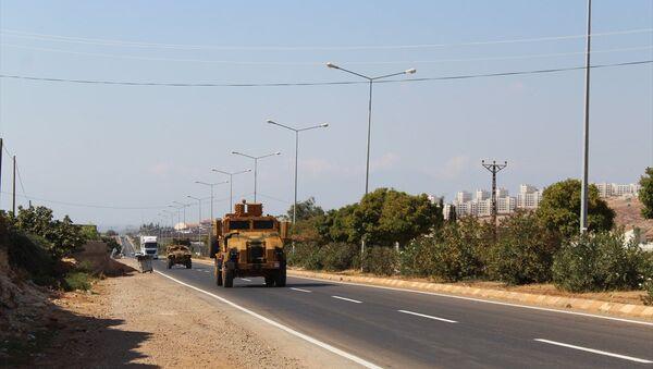 Suriye sınırındaki birliklere takviye amaçlı gönderilen askeri araç ve ekipmanlar Hatay'a ulaştı. - Sputnik Türkiye