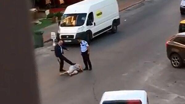 Antalya'da polis yerdeki kadını tekmeleyip copla dövdü - Sputnik Türkiye