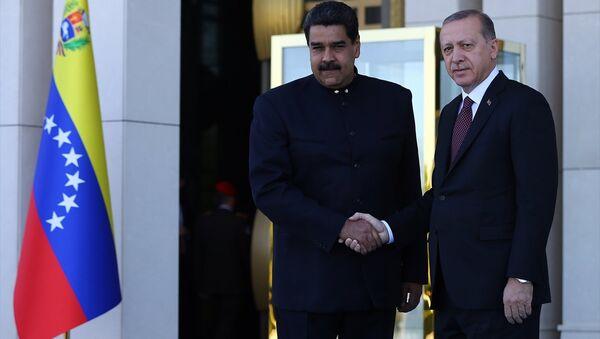 İki ülke heyetlerinin takdimi sonrasında Erdoğan ve Maduro, merdivenlerde Türkiye ve Venezüella bayrakları önünde el sıkışarak poz verdi. - Sputnik Türkiye