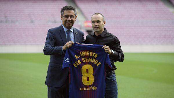 Barcelona tarihinde bir ilk: Iniesta ile 'ömürlük sözleşme' imzalandı - Sputnik Türkiye