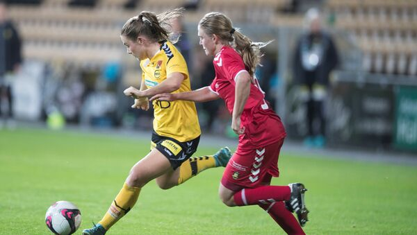 LSK Kvinner takımı oyuncusu Emilie Haavi ve Brondby oyuncusu Emilie Henriksen - Sputnik Türkiye