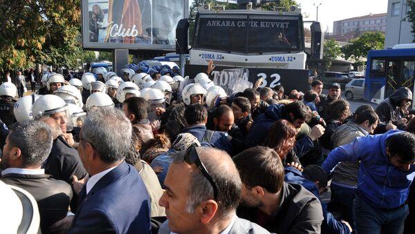 Ankara'da 2 yıl önce Gar Kavşağı'nda meydana gelen ve 101 kişinin hayatını kaybettiği, yüzlerce kişinin de yaralandığı bombalı terör saldırısının yıl dönümünde, hayatını kaybedenleri anmak için Ankara Tren Garı önünde toplanmak isteyen gruplara polis biber gazı ile müdahale etti. - Sputnik Türkiye