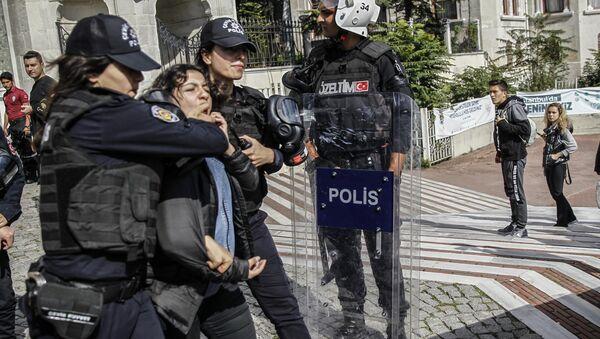 İstanbul Üniversitesi'ndeki 10 Ekim anmasına polis müdahalesi - Sputnik Türkiye