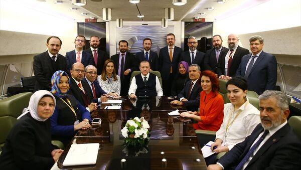 Cumhurbaşkanı Recep Tayyip Erdoğan, Sırbistan dönüşünde uçaktaki gazetecilerle - Sputnik Türkiye
