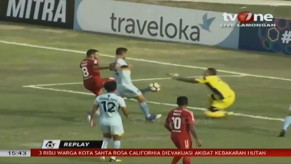 Maçta takım arkadaşı ile çarpışan kaleci hayatını kaybetti - Sputnik Türkiye