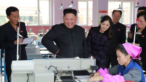 Kim ve Eşi Ri bu ay bir ayakkabı fabrikasını ziyaretleri sırasında da birlikte görüntülenmişti. - Sputnik Türkiye
