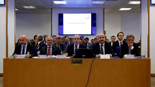 TBMM Plan ve Bütçe Komisyonunda, Başbakan Yardımcısı Mehmet Şimşek'e (ortada) bağlı kamu kurumlarının bütçelerinin görüşülmesine başlandı. Komisyonda (soldan sağa) Hazine Müsteşar Yardımcısı Dr. Raci Kaya, Hazine Müsteşarı Osman Çelik, Bankacılık Düzenleme ve Denetleme Kurulu (BDDK) Başkanı Mehmet Ali Akben, Sermaye Piyasası Kurulu (SPK) Başkanı Dr. Vahdettin Ertaş yer aldı. - Sputnik Türkiye
