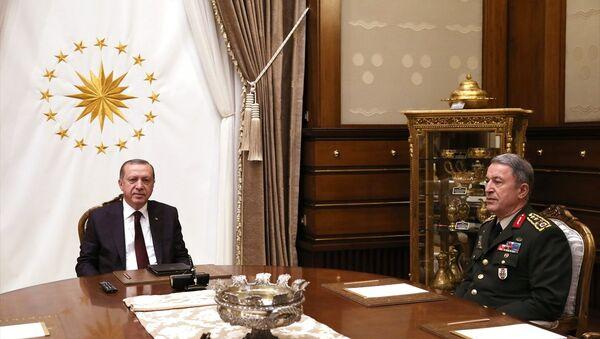 Cumhurbaşkanı Recep Tayyip Erdoğan, Cumhurbaşkanlığı Külliyesi'nde Genelkurmay Başkanı Hulusi Akar'ı kabul etti - Sputnik Türkiye