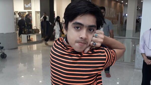 Pakistanlı genç kafasını 180 derece çevirebiliyor / VİDEO - Sputnik Türkiye