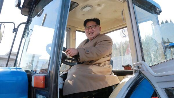 Kuzey Kore lideri Kim Jong-un, Kumsong traktör fabrikasında - Sputnik Türkiye