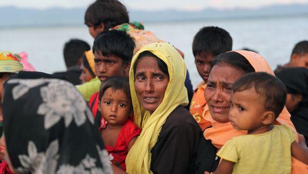 Bangladeş'e tekneyle sığınmaya çalışan bir Arakanlı Müslüman kadın - Sputnik Türkiye