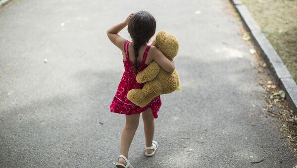 Little girl with teddy bear - Sputnik Türkiye