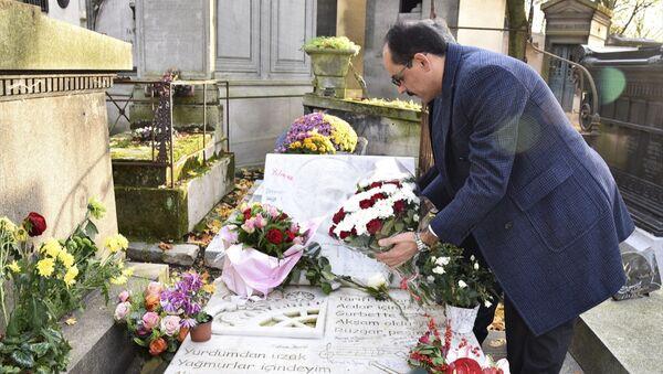 Cumhurbaşkanlığı Sözcüsü İbrahim Kalın, sanatçı Ahmet Kaya'nın mezarını ziyaret etti - Sputnik Türkiye