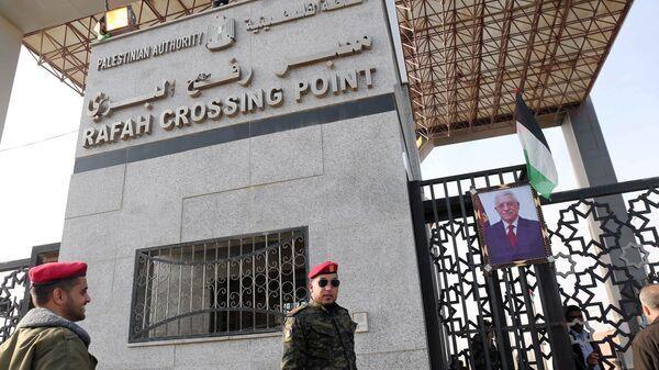 Mısır ile Gazze arasındaki Refah Sınır Kapısı'nda Hamas'a bağlı bir güvenlik görevlisi - Sputnik Türkiye