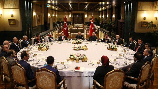 Cumhurbaşkanı Recep Tayyip Erdoğan, Beştepe'de aralarında akademisyen, öğretmen ve sendikacıların da bulunduğu heyeti ağırladı - Sputnik Türkiye