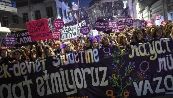 25 Kasım Platformu üyeleri, 25 Kasım Kadına Yönelik Şiddete Karşı Uluslararası Mücadele Günü dolayısıyla Beyoğlu'nda yürüdü. - Sputnik Türkiye
