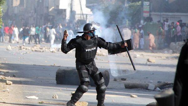 Pakistan polisi göstericilere müdahale etti - Sputnik Türkiye