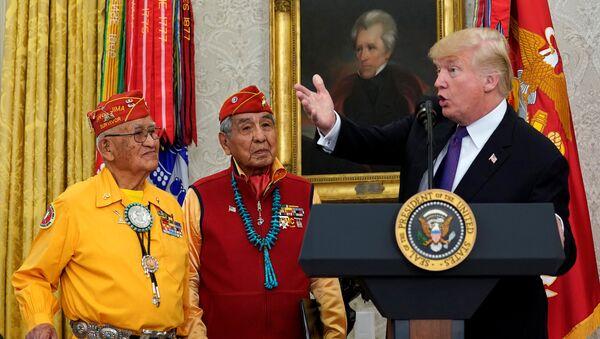 ABD Başkanı Donald Trump, Navajo yerlileriyle - Sputnik Türkiye