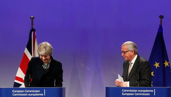Avrupa Birliği (AB) Komisyonu Başkanı Jean-Claude Juncker ile İngiltere Başbakanı Theresa May - Sputnik Türkiye