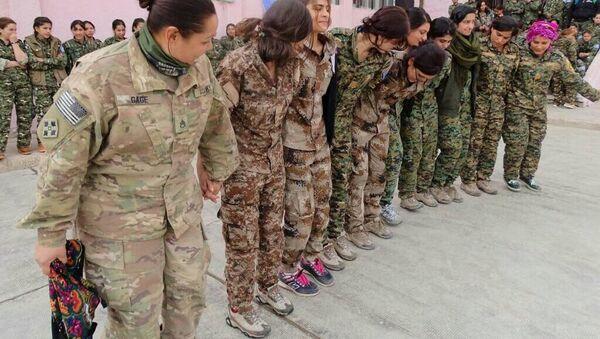 YPG'li kadınların halayının başında ABD'li kadın asker - Sputnik Türkiye
