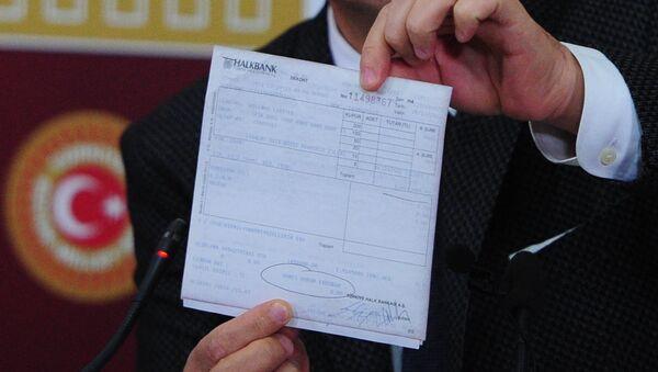 CHP Parti Sözcüsü Bülent Tezcan, Man Adası belgelerini gösterdi. - Sputnik Türkiye