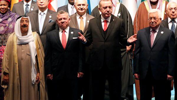 İslam İşbirliği Teşkilatı (İİT), ABD Başkanı Donald Trump'ın Kudüs'ü İsrail'in başkenti olarak tanıma ve ABD Büyükelçiliğini Tel Aviv'den Kudüs'e taşıma yönündeki planını açıklamasının ardından dönem başkanı Türkiye'nin ev sahipliğinde olağanüstü toplandı. - Sputnik Türkiye