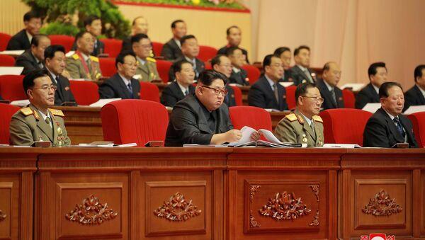 Kuzey Kore lideri Kim Jong-un  Pyongyang'daki 8. Askeri Mühimmat Toplantısı'nda - Sputnik Türkiye
