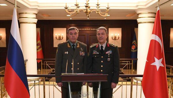 Rusya Genelkurmay Başkanı Valeriy Gerasimov ve Türk mevkidaşı Hulusi Akar - Sputnik Türkiye